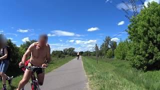 Rowerzysta specjalnie potrącił kobietę na rolkach, karma szybko go dopadła…