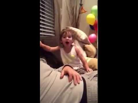 Η πιτσιρίκα που έχει κάνει παιχνίδι να λέει τη λέξη f...k  (video)