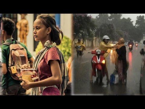 Cô bé ăn xin bỗng nổi tiếng vì ngoại hình quá nổi bật, Cô gái mặc áo mưa cho bà cụ