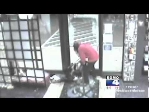 Ladrão rouba manequim de sex shop e ainda volta para pegar roupas íntimas