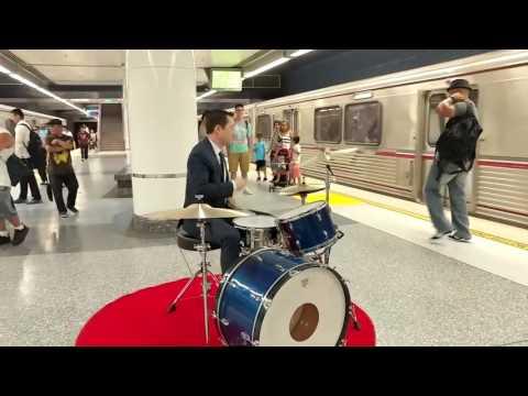 Актер Джозеф Гордон-Левитт сыграл на барабанах в метро
