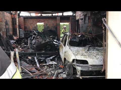 Wideo1: Garaż spłonął z autem w środku