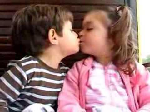 Uno dei baci più teneri mai visti ♥ Amore di Bimbi
