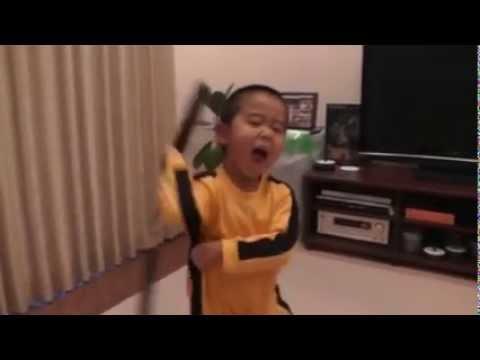 Cậu bé 4 tuổi múa côn điêu luyện như Lý Tiểu Long
