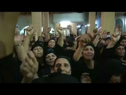 العرب اليوم - شاهد: الأقباط يشيعون ضحايا حادث المنيا الإرهابي