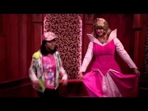 ディズニーランドの新たな楽しみ方を発見!キャラクターとダンスを踊りまくる女の子が話題