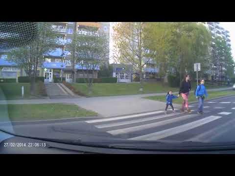 Mała dziewczynka odwdzięcza się kierowcy za przepuszczenie na pasach…