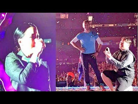 Coldplay突然「暫停5萬人的演唱會」邀請男鐵粉上台求婚,一開始女主角還是錯的讓全場笑翻!
