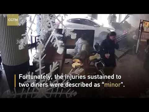 Tài xế ô tô say rượu húc tung nhà hàng khiến 2 người bị thương @ vcloz.com