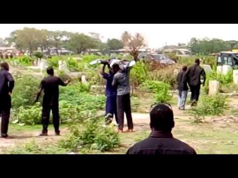Dupla invade funeral e 'rouba' corpo de caixão por causa de dívida de R$ 104
