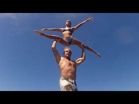 due surfisti si preparano: quando si alzeranno rimarrete senza parole!