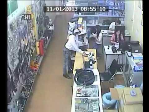 Tên trộm nhanh tay lấy iPhone trong cửa hàng