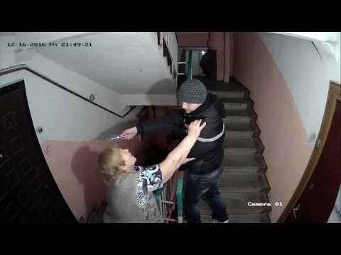 """Пьяный внук, дочка-молоток и бабка. Камера в доме снимает """"онлайн-шоу"""" в Твери"""