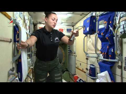 Наша космонавтка Лена Серова из невесомости.