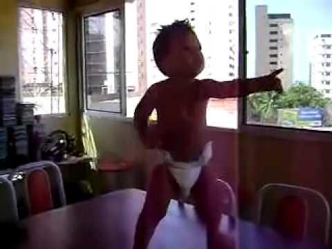 bimbo che balla la salsa