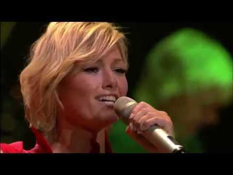Русская песня в исполнении Елены подняла стадион в Германии.