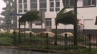 O poderoso ciclone Marcia, que atingiu o nordeste da Austrália, perdeu força depois de ter tocado em terra. Milhares de pessoas ficaram sem energia elétrica ...