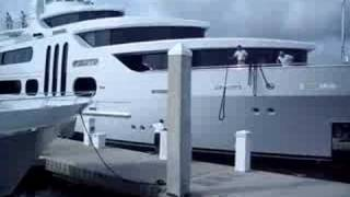 du filmando um barco gigante atracando no bahia mar.
