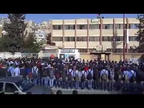 شاهد.. اعتصام طلاب سوريين للمطالبة بعودة معلم مفصول