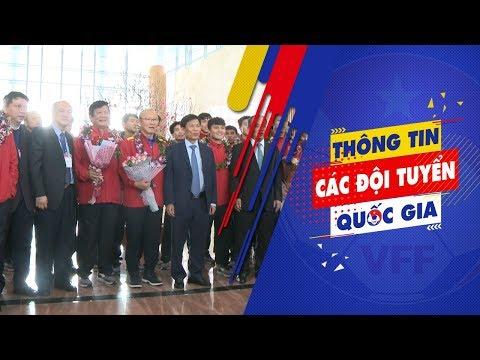 Đội tuyển Việt Nam xuống sân bay trở về nước trong vòng tay người hâm mộ