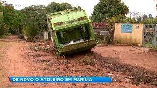Caminhão da coleta de lixo atola em rua sem asfalto