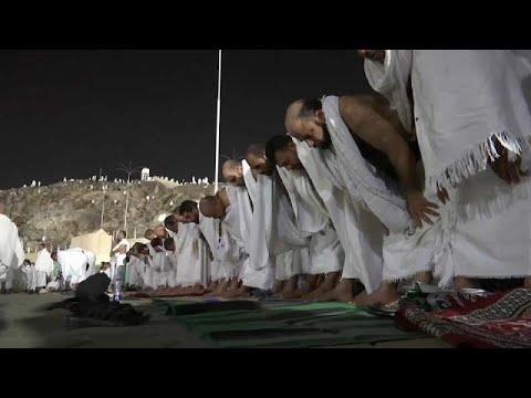 العرب اليوم - شاهد: ضيوف الرحمن يتوافدون إلى جبل عرفة