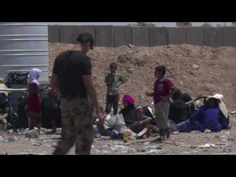 يقول الفارون من غرب الموصل إنهم ''ولدوا من جديد'' بعدما نجحوا في الفرار من حي الزنجيلي حيث يحتجز تنظيم داعش السكان كرهائن ويمنعهم من المغادرة.