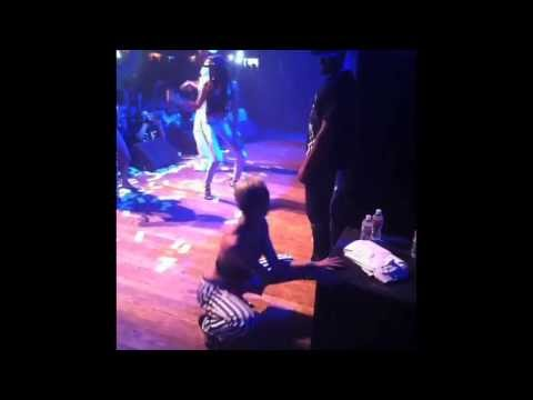 Miley Cyrus muestra sus habilidades para mover la cola