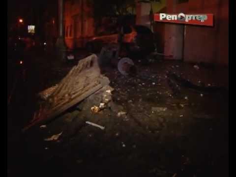 Внедорожник BMW, вылетевший на тротуар, чуть не сбил двух пешеходов (видео)