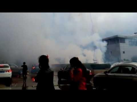 中国の結婚式 爆竹と花火 Wedding ceremony in China. Fireworks and cracker.中国的婚礼 (видео)