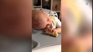 Uykulu bebeğin karnını doyurma çabası