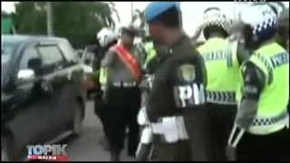 Video Kyai Ditilang Ngamuk Melawan Polisi MP3, 3GP, MP4, WEBM, AVI, FLV Oktober 2017