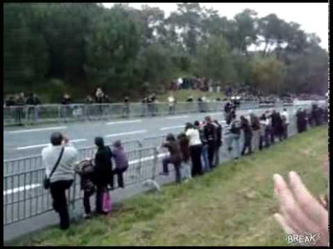 Motociclistas fallan delante de la muchedumbre
