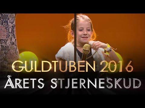 Årets Stjerneskud | Guldtuben 2016:  Se Sofie Østergaard uddele prisen for Årets Stjerneskud til Guldtuben 2016 i Det Kongelige Teater.