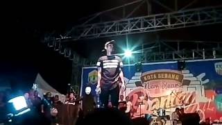 Video FULL VERSION YOUNG LEX marah2 di lempar botol saat konser MP3, 3GP, MP4, WEBM, AVI, FLV Januari 2019