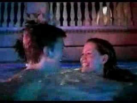 情侶裸泳,沒發現泳池底下有人,讓泳池底下的人都興奮了!