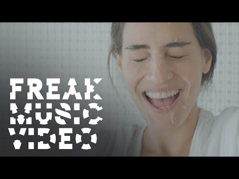 Tekst piosenki Steve Aoki - Freak (ft. Diplo, Deorro & Steve Bays) po polsku