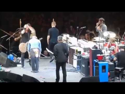 roth - The Foo Fighters with David Lee Roth playing Van Halen's Panama and Ain't Talkin 'bout Love at Dave Grohl's Birthday Club Show at the Forum in Los Angeles 1/...