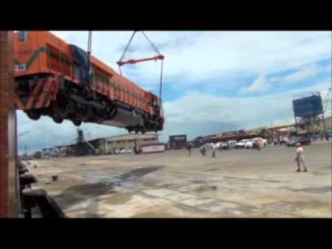 Big Fail: Zug zertrümmert bevor es auf den Schienen ist