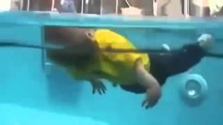 Küçücük çocuk havuza düştü