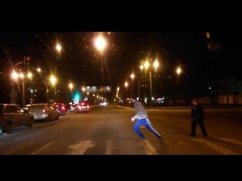 Homem é atropelado após atravessar em farol vermelho de pedestre