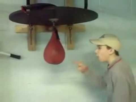 Muchacho pierde la pelea contra un saco de boxeo rápido