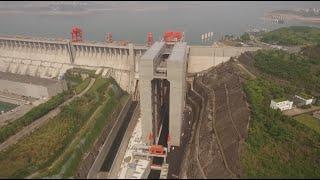 Podnosi je na wysokość 113 metrów! W Chinach otwarto największą na świecie windę dla statków!