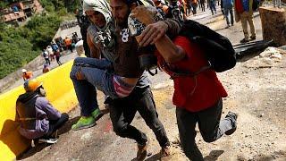 Nem hátrál a lakosság Venezuelában. Kedden is utcai harcok voltak Táchirában és a fővárosban, Caracasban is. A tüntetők a kormány, illetve az elnök lemondását követelik már több mint három hónapja, és tiltakoznak az alkotmányozó nemzetgyűlés összehívása ellen is. Ez Nicolas Maduro ötlete volt, és július 30-ra írta ki a választást.  A nemzetgyűlésben eközben a legfelsőbb bíróság újraválasztását kezdeményezte a többségben lévő ellenzék mondván, hogy a testület nem látja el a feladatát, ehelyet…BŐVEBBEN: http://hu.euronews.com/2017/07/19/ujravalasztjak-a-legfelsobb-birosagot-venezuelaban-maduro-utcai-harceuronews: Európa legnézettebb hírcsatornájaIratkozzon fel! http://www.youtube.com/subscription_center?add_user=euronewsHungarianAz Euronews elérhető 13 nyelven: https://www.youtube.com/user/euronewsnetwork/channelsMagyar: Website: http://hu.euronews.com/Facebook: https://www.facebook.com/euronewsTwitter: http://twitter.com/euronewshu