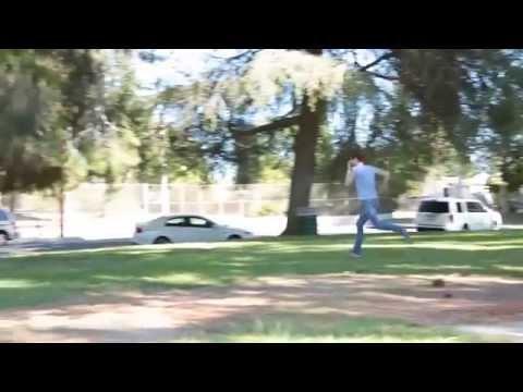 un uomo tagliato in due terrorizza i passanti! (candid camera)