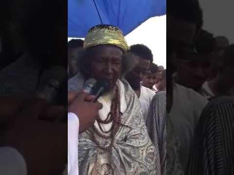 """فيديو صلاة العيد للشيخ """"أزرق طيبة"""" تثير جدلاً على فيسبوك: أزياء غريبة، وأتباع الشيخ يحملون المايكات والمظلة أثناء الصلاة"""