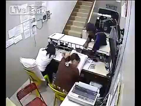 بالفيديو.. سرقة موظفتان بعد نومهما في ساعات العمل الرسمية