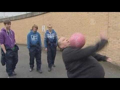 Рыбак из Уэльса, весящий 130кг, стал интернет-звездой, жонглируя мяч