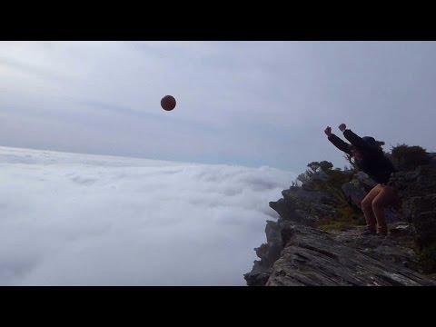 這名男子上一次把籃球丟下水壩覺得不滿足,這次決定挑戰直接從雲端上方來個自由落體!