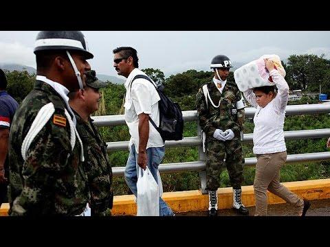 Πολίτες της Βενεζουέλας προμηθεύονται αγαθά από την Κολομβία